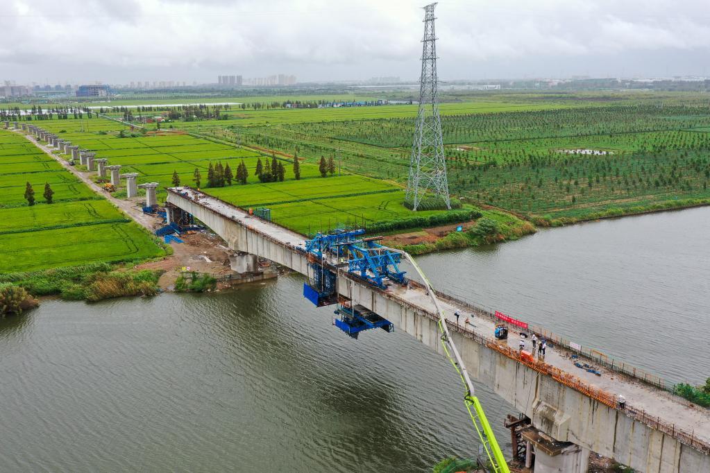 南通港鐵路(lu)全線首個連(lian)續梁合龍